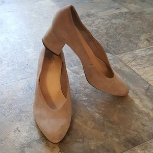 Bella Vita Block Heel Tan Suede Pump Size 9M
